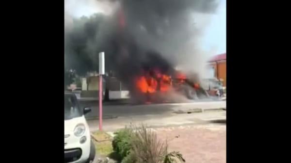 Le fiamme avvolgono l'autobus in pochi minuti: il video dell'impressionante incendio