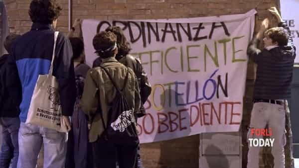 Bevono alcolici in centro per disobbedire all'ordinanza anti-alcol: serata di protesta in centro