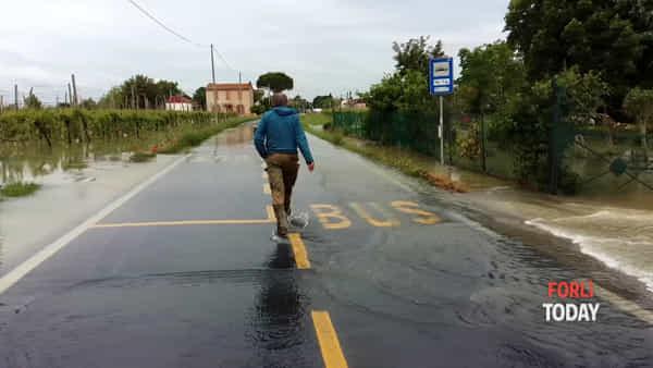 Villafranca alluvionata dopo la piena del Montone. E via XIII Novembre diventa un fiume