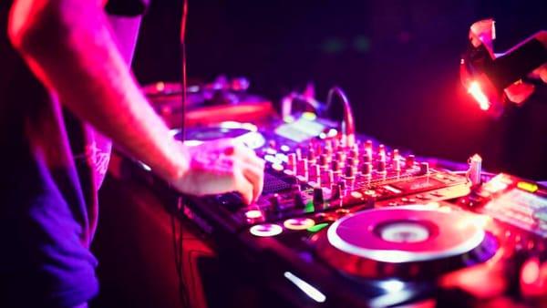 """Disco music, stand gastronomici e giochi alla festa """"Underground"""""""