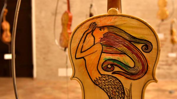 """Riapre la mostra """"Violini d'autore"""" di Ezia di Labio ad Arte al Monte"""
