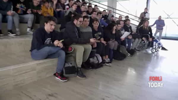Disobbedire alla violenza: gli studenti dell'Aeronautico cantano Ermal Meta contro il cyberbullismo