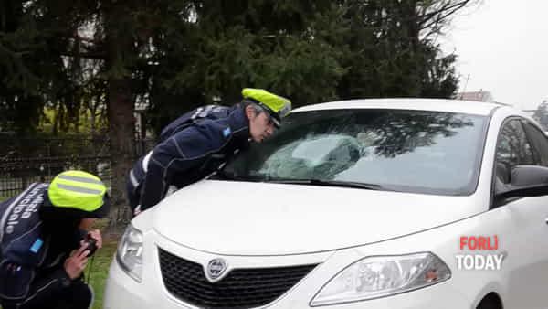 Tragedia sfiorata in via Orceoli: auto piomba contro una scolaresca sul marciapiede