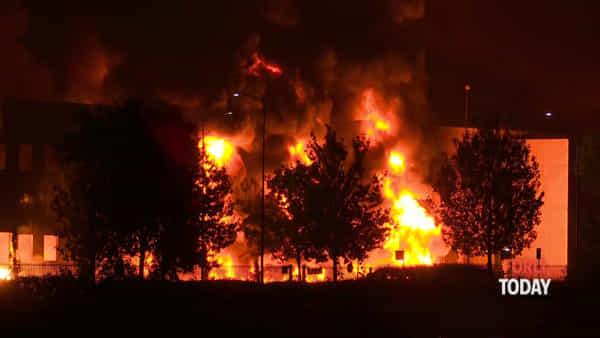 Drammatico incendio a Faenza, le immagini notturne del rogo
