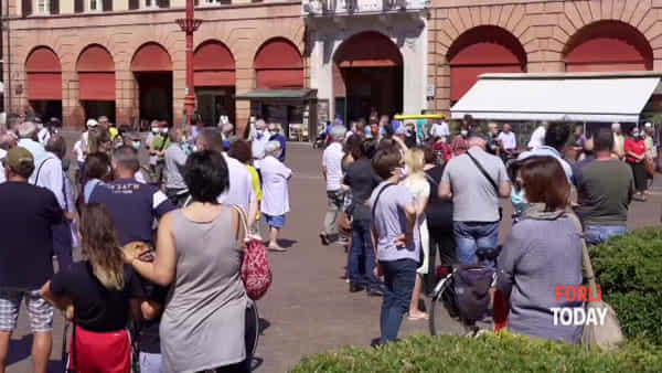 Area commerciale di via Bertini, cartelli e slogan scanditi in piazza Saffi per dire 'no'