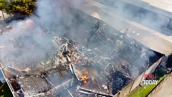 Incendio, lo stabilimento distrutto dal fuoco visto dall'alto
