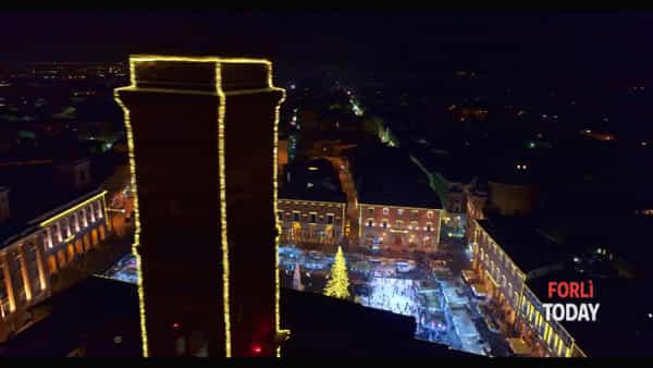 Il Natale in centro visto dall'alto: l'atmosfera e le luci della festa nelle suggestive immagini col drone