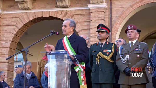 """Il """"Valzer delle candele"""" in cornamusa, la sfilata dei soldati e il discorso del sindaco: il film della festa della Liberazione"""