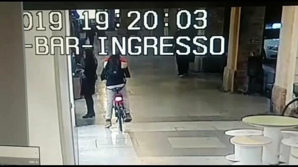 Agguato al bancomat, le immagini del malvivente che deruba una ragazza