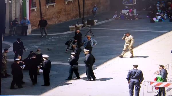 Le immagini shock del feroce accoltellamento in piazza del Popolo