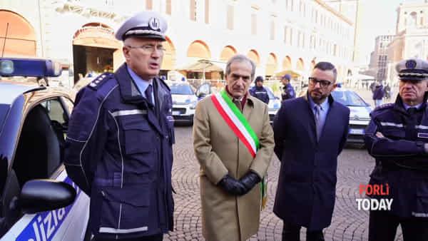 Piazza Saffi fa da cornice alle nuove auto della Polizia Locale: la presentazione