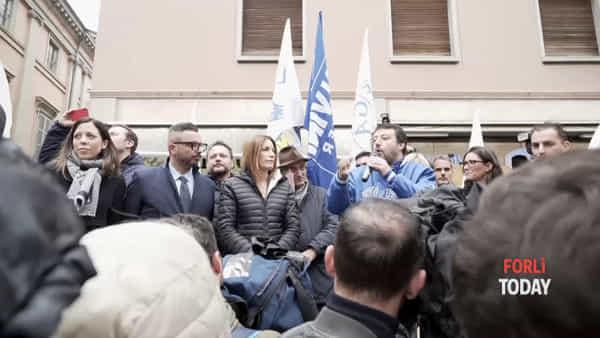 Selfie, sorrisi e strette di mano: i fan sfidano freddo e pioggia, Salvini li scalda