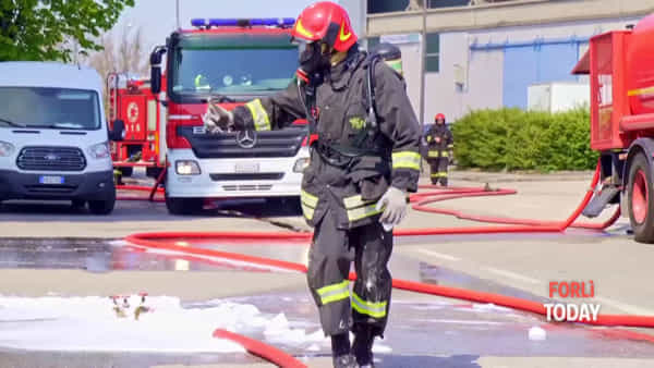 Incendio devasta stabilimento, l'intervento dei pompieri tra le lingue di fuoco