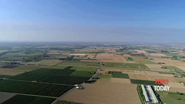 La nube dell'incendio di Faenza arriva fino al mare, le immagini dall'alto col drone