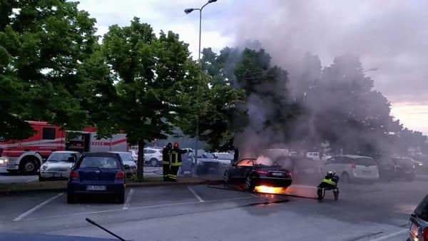 Mercedes cabrio in fiamme: fuoco e fumo in zona via Ravegnana