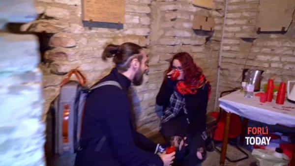 """Un bacio sul """"tetto di Forlì"""", le coppie che hanno scelto in cima al campanile per festeggiare il loro amore"""