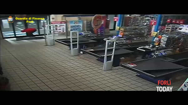 Pistole spianate, blitz nel supermercato per prendere il ladro