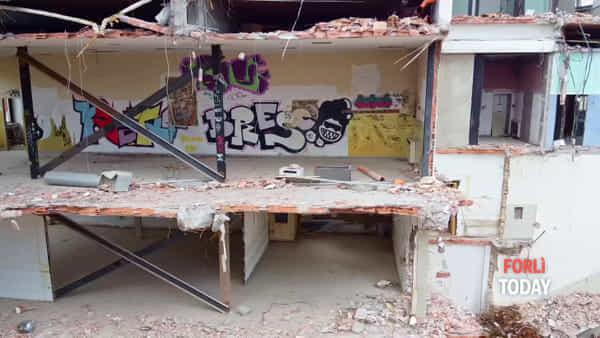 Addio all'ex Universal, fu una fabbrica tessile e hotel: ruspe già in azione in centro storico