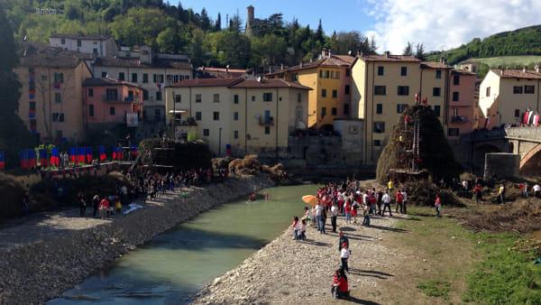 Come nascono i pagliai della Festa del Falò: ecco la Pasquetta di Rocca San Casciano