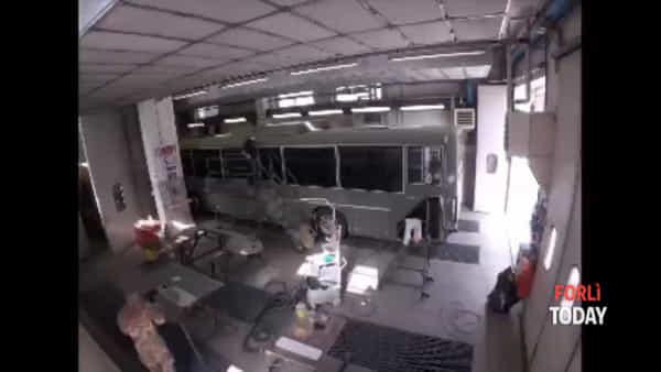 L'Aeronautica Militare di Forlì realizza la nuova livrea di un bus: il video in time-lapse