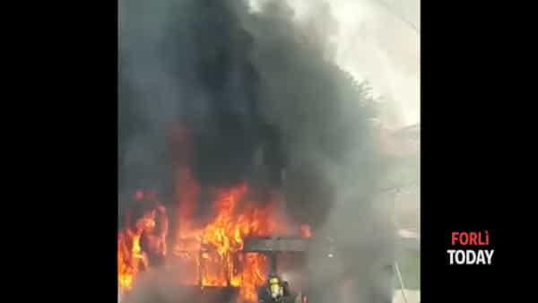 """""""Mio Dio!"""": il drammatico incendio dell'autobus ripreso dai cittadini"""