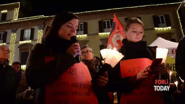 In Piazza Saffi tante fiammelle per difendere i diritti di ogni essere umano
