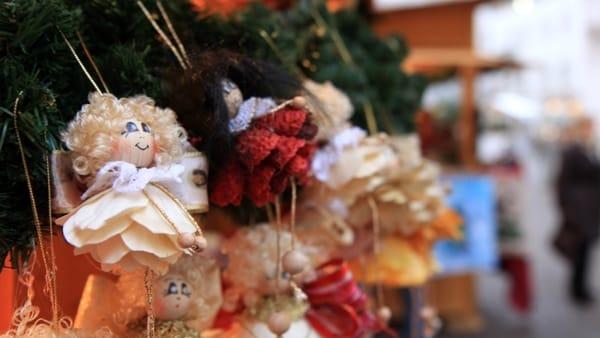 Oggetti d'artigianato, ceramiche, vestiti e tanto altro al Mercatino di Natale