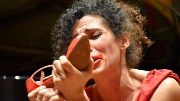 """""""Pezzi di Vetro"""", uno spettacolo per denunciare la violenza sulle donne"""