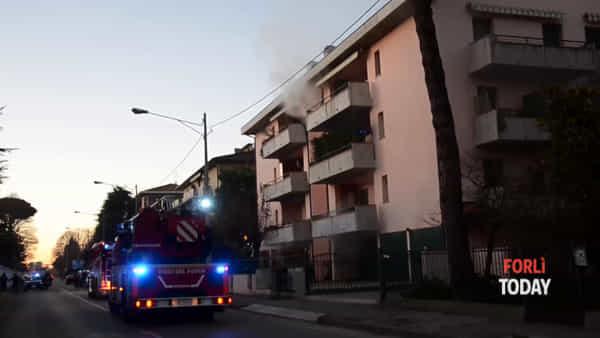 Rogo in un condominio: le drammatiche immagini dell'incendio