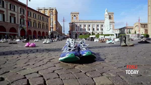 """Migliaia di scarpe in Piazza Saffi, la colorata manifestazione dei Fridays for future: """"Ripartiamo col piede giusto"""""""