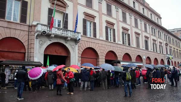 """Decine di ombrelli colorati in piazza per la manifestazione """"L'Italia che resiste"""""""