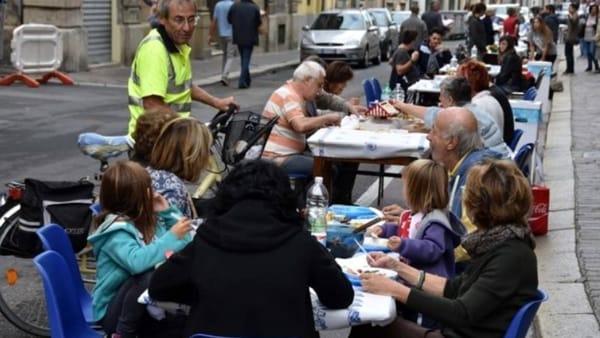 In corso Garibaldi si mangia lungo la strada: ognuno porta qualcosa per sé e i vicini