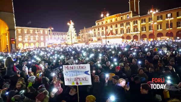 """Migliaia di 'Sardine' in piazza, la manifestazione si conclude in un grande """"abbraccio di gruppo"""""""