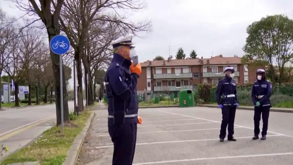 La Polizia Locale controlla le strade forlivesi: e i droni immortalano dall'alto un desolante 'deserto'