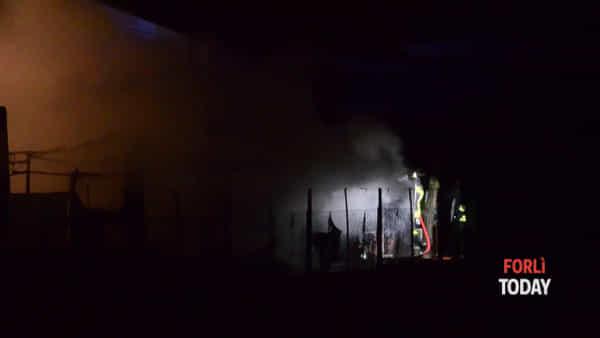Capanno va a fuoco nella notte, distrutta un'auto: il fumo intossica lievemente i padroni di casa