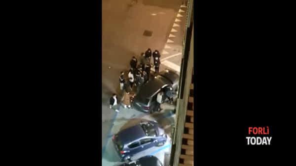 Rissa tra ragazzini alle 5 di mattina: giovane tirato fuori dall'auto e pestato - LE IMMAGINI