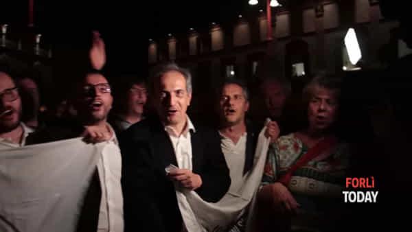 Festa in Piazza Saffi per Gian Luca Zattini. E il neo sindaco canta Romagna Mia