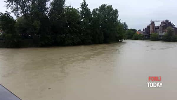 L'impressionante piena del fiume Montone vista del ponte di Schiavonia