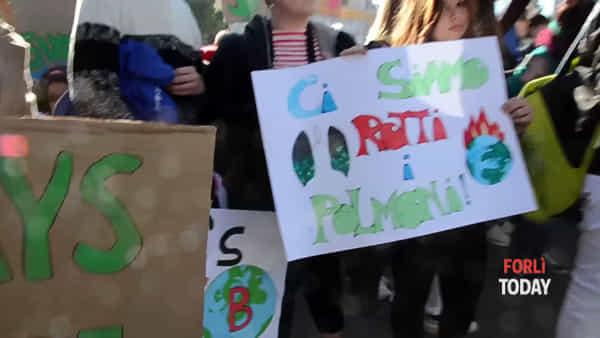 """Sciopero per il clima, in migliaia urlano: """"Vogliamo un mondo pulito"""""""