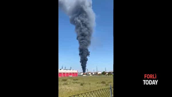 Inferno di fuoco nella zona industriale: si alza al cielo un nuvolone nero che copre Forlì