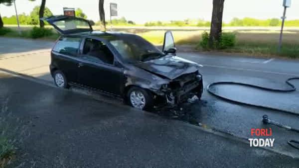 Auto in fiamme in via Bertini: strada chiusa, pompieri in azione