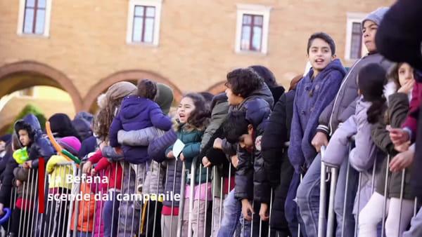 Spettacolo in piazza, la Befana scende dal campanile tra i cori dei bambini