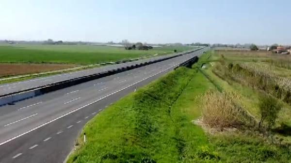 Un'altra domenica da deserto: l'autostrada A14 è un nastro d'asfalto surreale e desolato