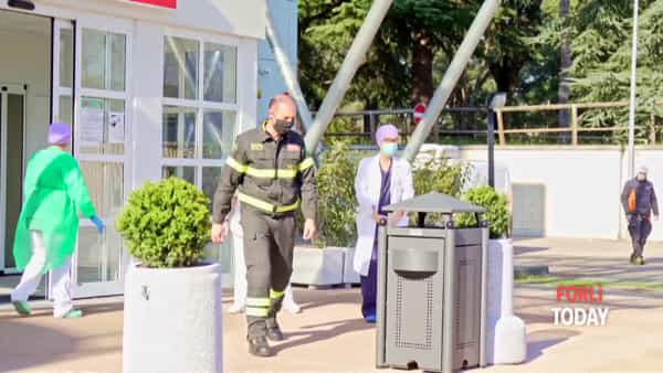 """Sirene e 'attenti'  davanti al pronto soccorso: i vigili del fuoco rendono omaggio alla """"prima linea"""""""