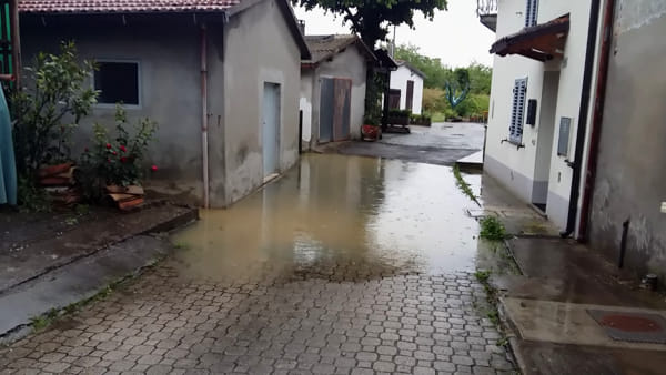 Maltempo, problemi anche in zona Ronco: via della Grotta finisce sott'acqua, minacciata una casa