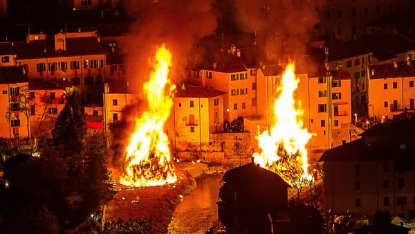 La magia del fuoco e le sfilate: si prepara la Festa del Falò