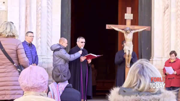 A San Mercuriale l'Angelus della Quaresina si fa sul sagrato in mezzo al mercato deserto
