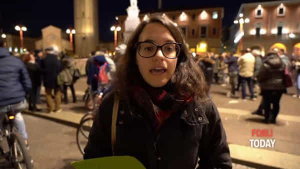 """Sit-in dei Fridays for future in piazza Saffi: """"No agli autobus grossi e inquinanti in piazza"""""""