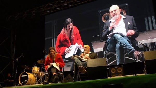 Due Bonaccini sul palco, quello falso (Gene Gnocchi) e quello vero: le ultime battute prima del voto