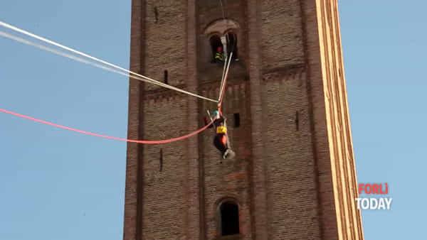 Lo spettacolo è in piazza Saffi: la Befana si cala dal campanile di San Mercuriale
